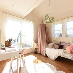 他の地域のトランジショナルスタイルのおしゃれな子供の寝室 (白い壁、無垢フローリング、茶色い床) の写真