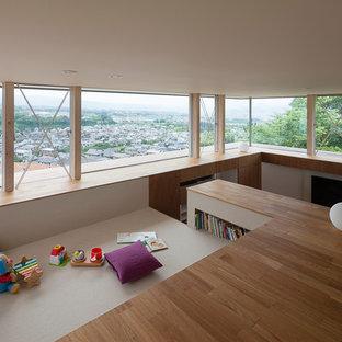 他の地域のモダンスタイルの子供部屋の画像 (カーペット敷き、茶色い床)