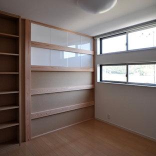 Idéer för ett modernt könsneutralt barnrum för 4-10-åringar, med vita väggar, plywoodgolv och brunt golv