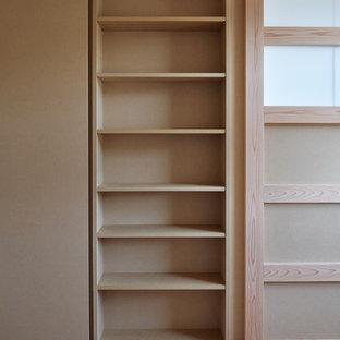 Exempel på ett modernt könsneutralt barnrum kombinerat med lekrum och för 4-10-åringar, med vita väggar, plywoodgolv och brunt golv