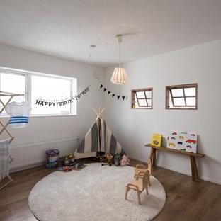 札幌のコンテンポラリースタイルのおしゃれな遊び部屋 (白い壁、無垢フローリング、茶色い床) の写真
