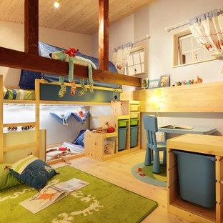 他の地域の男の子用北欧スタイルの子供部屋の画像 (淡色無垢フローリング、マルチカラーの壁)