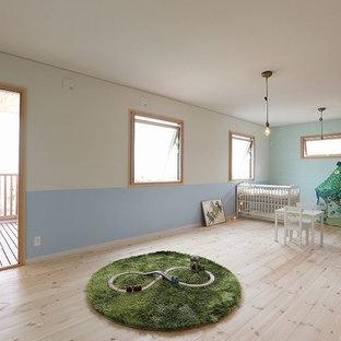 他の地域の女の子用北欧スタイルの遊び部屋の画像 (マルチカラーの壁、淡色無垢フローリング、幼児向け、ベージュの床)