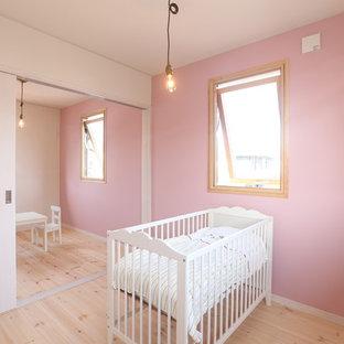 他の地域, の女の子用北欧スタイルの勉強部屋の写真 (ピンクの壁、無垢フローリング、児童向け、ベージュの床)
