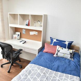Idéer för att renovera ett mellanstort nordiskt barnrum kombinerat med skrivbord, med vita väggar, plywoodgolv och brunt golv