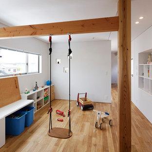 他の地域のアジアンスタイルのおしゃれな子供部屋 (白い壁、無垢フローリング、茶色い床) の写真