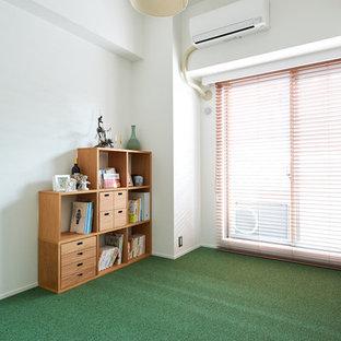 Industrial Kinderzimmer mit Spielecke, weißer Wandfarbe, Teppichboden und grünem Boden in Sonstige