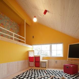 他の地域の北欧スタイルの子供部屋の画像 (黄色い壁、淡色無垢フローリング)