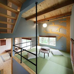 他の地域の北欧スタイルのおしゃれな遊び部屋 (青い壁、緑の床) の写真