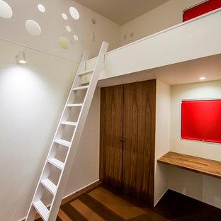 Ejemplo de habitación de niño de 4 a 10 años, asiática, pequeña, con escritorio, paredes blancas, suelo de madera oscura y suelo marrón