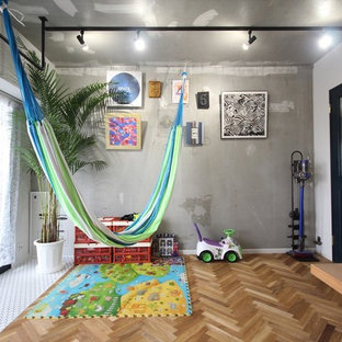 東京23区のインダストリアルスタイルの遊び部屋の画像 (グレーの壁、児童向け、茶色い床、無垢フローリング)