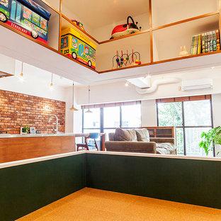 Foto di una piccola cameretta per bambini da 1 a 3 anni stile americano con pareti verdi e pavimento in sughero