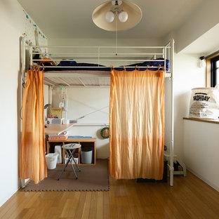 他の地域の女の子用インダストリアルスタイルの寝室の画像 (白い壁、児童向け、茶色い床、無垢フローリング)