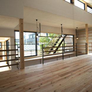 Cette photo montre une chambre d'enfant asiatique avec un mur blanc et un sol en bois brun.