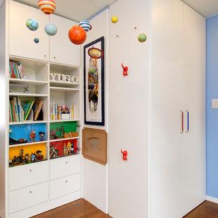 大阪のコンテンポラリースタイルの子供部屋の画像 (青い壁、無垢フローリング、茶色い床)