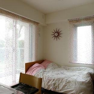 Immagine di una cameretta per bambini etnica di medie dimensioni con pareti bianche, pavimento in compensato e pavimento marrone