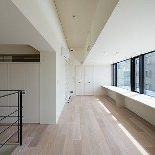 Idéer för ett mellanstort modernt flickrum för 4-10-åringar, med vita väggar, plywoodgolv och beiget golv