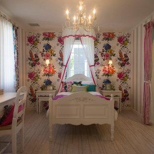 Ejemplo de dormitorio infantil tradicional con paredes rosas, suelo de corcho y suelo beige