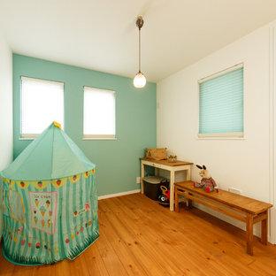 Immagine di una stanza dei giochi etnica con pareti multicolore, pavimento in legno massello medio e pavimento marrone