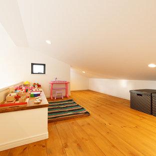 他の地域, のアジアンスタイルの遊び部屋の写真 (無垢フローリング、茶色い床)