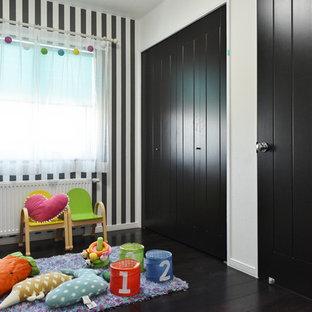 札幌のトラディショナルスタイルの子供部屋の画像 (マルチカラーの壁、塗装フローリング、黒い床)