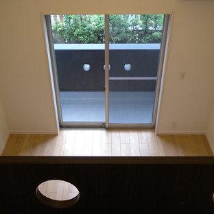 Inredning av ett könsneutralt barnrum kombinerat med lekrum och för 4-10-åringar, med vita väggar, plywoodgolv och brunt golv