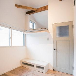 Foto de dormitorio infantil papel pintado, de estilo de casa de campo, papel pintado, con escritorio, paredes blancas, suelo de madera oscura y papel pintado