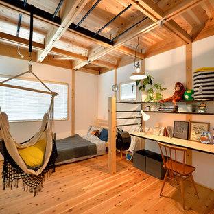 Diseño de dormitorio infantil de estilo americano con paredes blancas, suelo de madera en tonos medios y suelo marrón