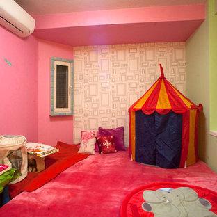 名古屋のコンテンポラリースタイルのおしゃれな遊び部屋 (マルチカラーの壁、カーペット敷き、ピンクの床) の写真