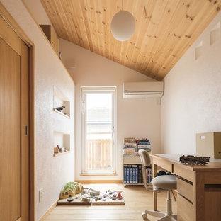 他の地域の小さい北欧スタイルのおしゃれな子供部屋 (白い壁、淡色無垢フローリング、児童向け、ベージュの床) の写真