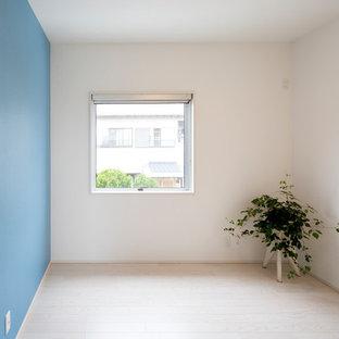 Diseño de dormitorio infantil moderno con escritorio, paredes azules, suelo de contrachapado y suelo blanco