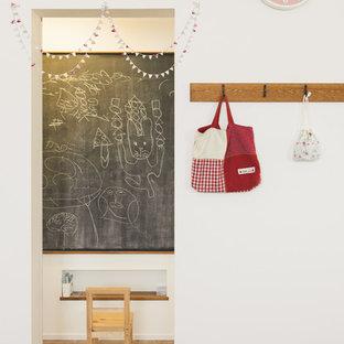 他の地域の女の子用コンテンポラリースタイルの遊び部屋の画像 (白い壁、無垢フローリング、幼児向け)