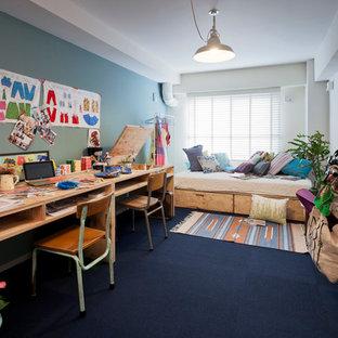 Idéer för att renovera ett eklektiskt könsneutralt barnrum kombinerat med skrivbord och för 4-10-åringar, med heltäckningsmatta, flerfärgade väggar och blått golv