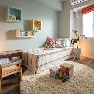 他の地域のコンテンポラリースタイルの子供部屋の画像 (青い壁、無垢フローリング、茶色い床)