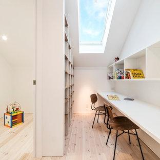 名古屋の北欧スタイルのおしゃれな子供部屋 (白い壁、淡色無垢フローリング、茶色い床) の写真