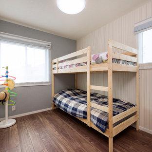 他の地域の中サイズのカントリー風おしゃれな子供部屋 (ベージュの壁、児童向け、茶色い床) の写真