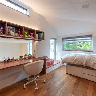 横浜の中くらいのコンテンポラリースタイルのおしゃれな子供部屋 (白い壁、無垢フローリング、茶色い床) の写真
