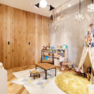 他の地域の北欧スタイルのおしゃれな子供部屋 (茶色い壁、無垢フローリング、児童向け、茶色い床) の写真