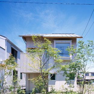 東京都下のアジアンスタイルのおしゃれな家の外観 (木材サイディング) の写真