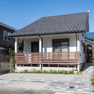 Modelo de fachada de casa blanca, bohemia, de dos plantas, con tejado a dos aguas y tejado de teja de barro