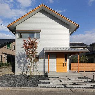 他の地域のアジアンスタイルのおしゃれな家の外観 (グレーの外壁) の写真