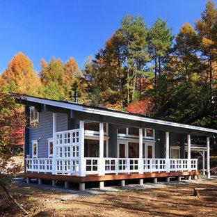北欧スタイルのおしゃれな陸屋根の家 (木材サイディング、青い外壁) の写真
