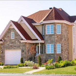 他の地域のトラディショナルスタイルのおしゃれな家の外観 (茶色い外壁) の写真