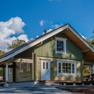 Imagen de fachada verde, de estilo de casa de campo, con revestimiento de madera y tejado a dos aguas