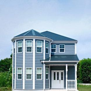 他の地域のトラディショナルスタイルのおしゃれな家の外観 (木材サイディング、青い外壁) の写真