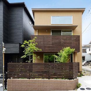 他の地域の小さいモダンスタイルのおしゃれな家の外観 (茶色い外壁) の写真