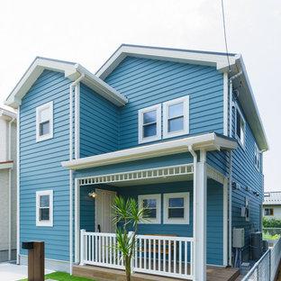 他の地域のビーチスタイルのおしゃれな家の外観 (混合材サイディング、青い外壁) の写真