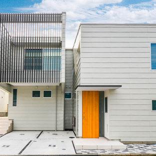 東京都下の小さいコンテンポラリースタイルのおしゃれな家の外観 (グレーの外壁、ビニールサイディング) の写真