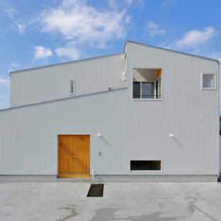 他の地域の中くらいのインダストリアルスタイルのおしゃれな家の外観 (メタルサイディング) の写真