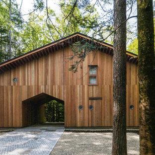 他の地域のコンテンポラリースタイルのおしゃれな二階建ての家 (木材サイディング、茶色い外壁、切妻屋根、戸建、金属屋根) の写真